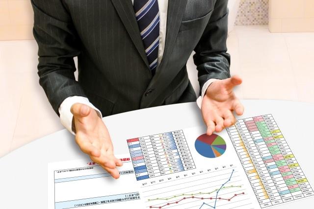 資料で説明する営業マン