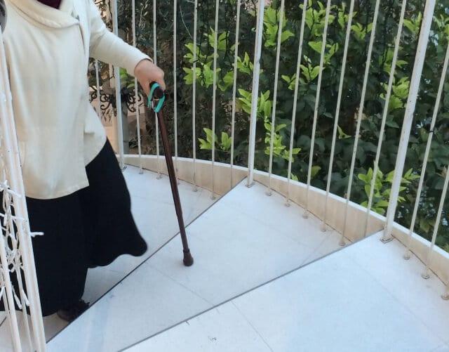 階段と杖の人