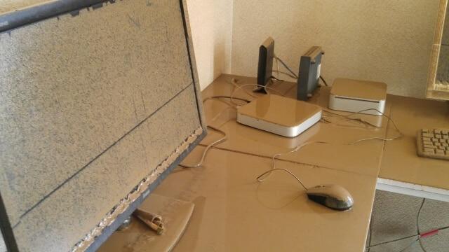 泥をかぶったパソコン