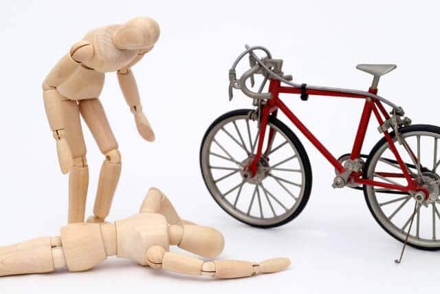 自転車と木の人形2体